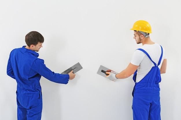 벽에 아파트를 갱신하는 노동자