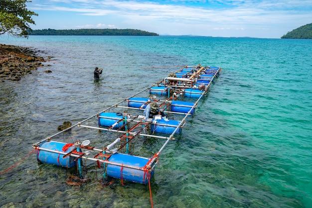 노동자들은 해수면에 상수도 분수기를 설치하고 설치합니다.