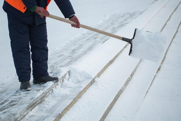 노동자들은 겨울에 도로에서 눈을 쓸고, 눈 폭풍에서 도로를 청소합니다.
