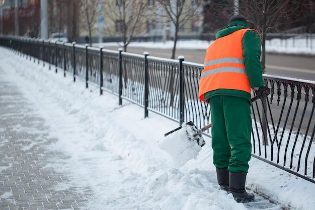 노동자들은 겨울에 도로에서 눈을 쓸어 버립니다.