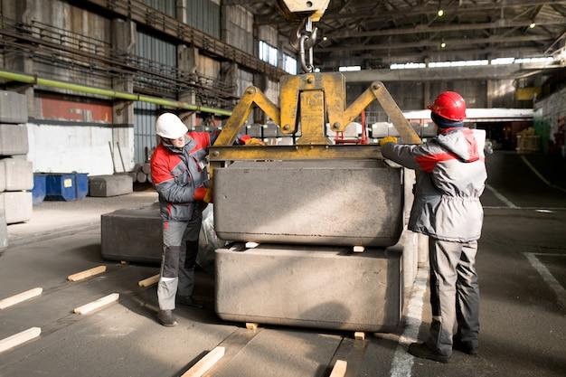 Рабочие, использующие погрузочный кран