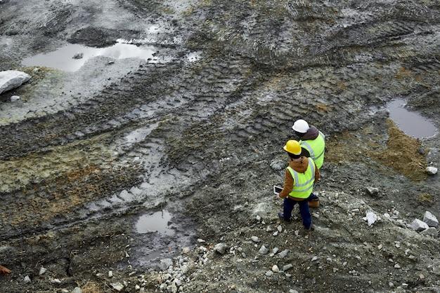 現場の汚れを歩く労働者