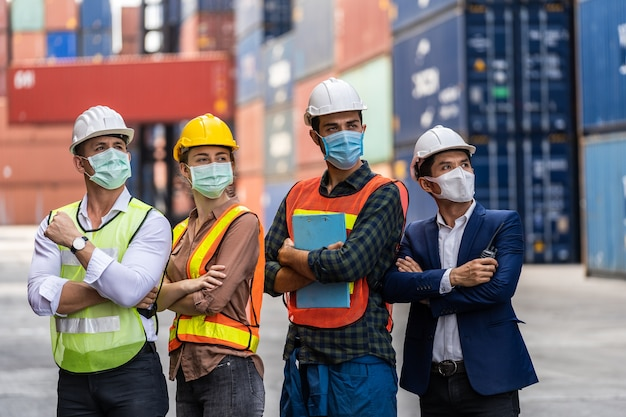 汚染とウイルスを防ぐためにサージカルマスクと安全装置に警告する労働者