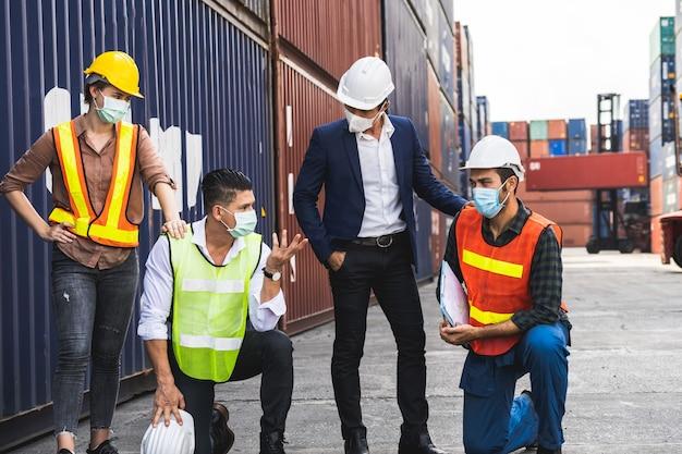 サージカルマスクと安全ホワイトヘッドを警告する労働者は、パンデミックの懸念の中で職場の汚染とウイルスを保護します
