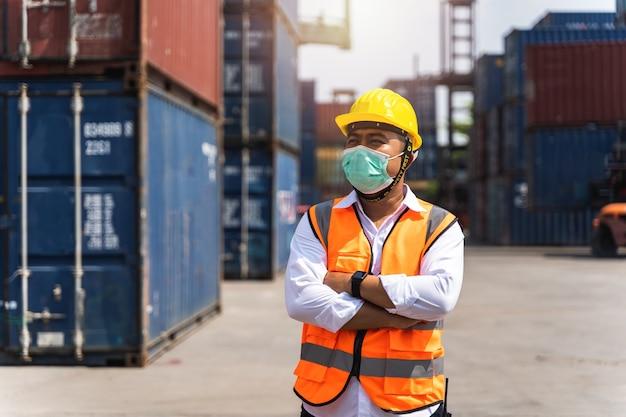 Рабочие защищают хирургическую маску и защитную белую голову для защиты от загрязнения и вирусов на рабочем месте во время пандемии коронавируса