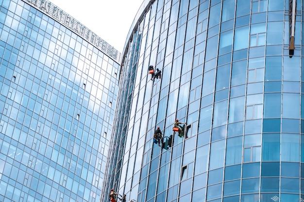 사무실 건물에서 창을 세척하는 노동자