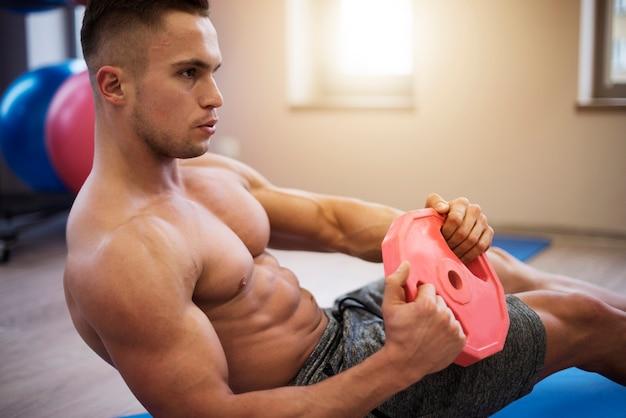 Lavorando all'addome sul tappetino per esercizi