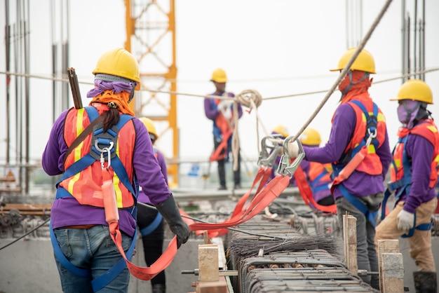 높이 장비에서 작업. 안전 바디 하니스 용 후크가있는 작업자 용 추락 방지 장치