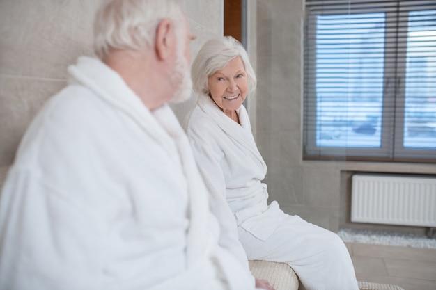 在宅勤務。ノートパソコンで白いローブを着た白髪の男
