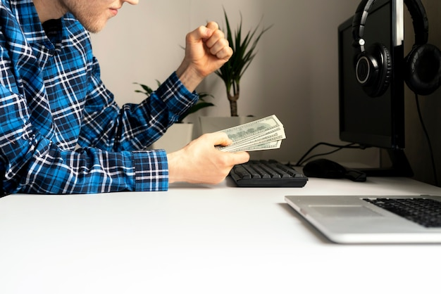 집에서 일하기. 사이드 허슬, 인터넷을 사용하여 컴퓨터를 통해 돈을 버는 사람