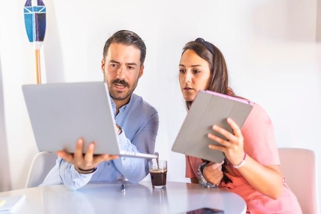 ノートパソコンとタブレットを使用して自宅で作業する