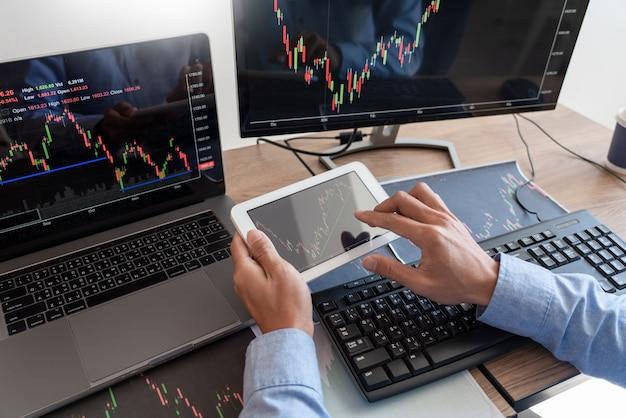 Работающий деловой человек, команда брокера или трейдеров говорят о форексе на нескольких экранах компьютеров