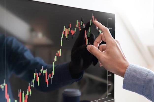 Работающий деловой человек, команда брокера или трейдеров, говорящих о фондовом рынке