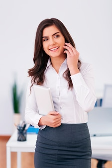 Imprenditrice di lavoro chiamando in ufficio