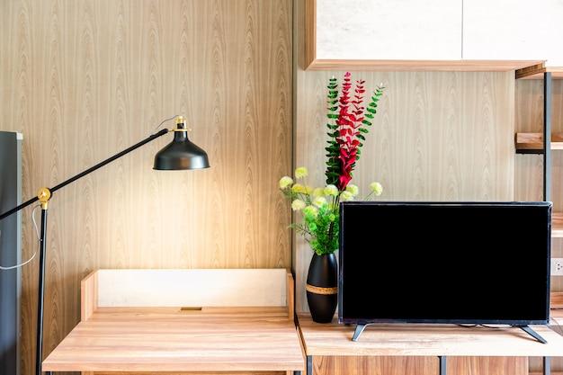 거실에 독서 램프가있는 책상과 의자