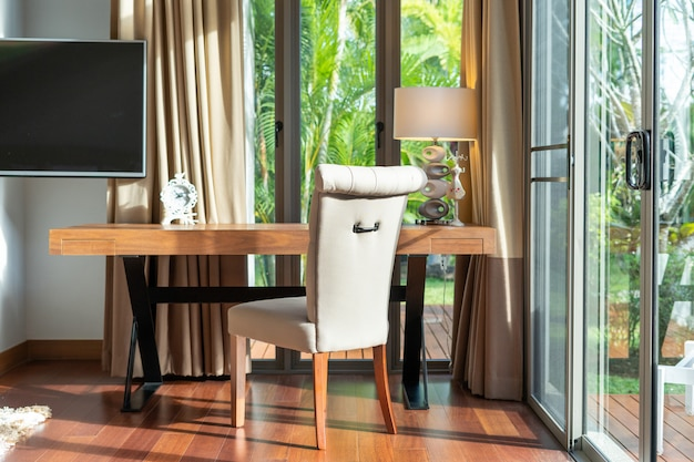 Рабочий стол в современной спальне Premium Фотографии