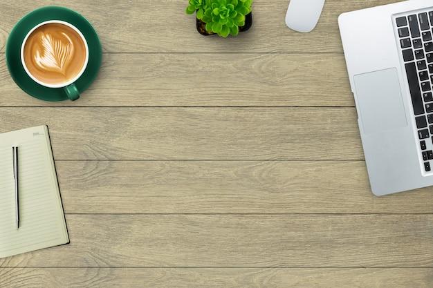 커피 공장 마우스 노트북 및 노트북으로 장식된 업무용 책상 상단 전망