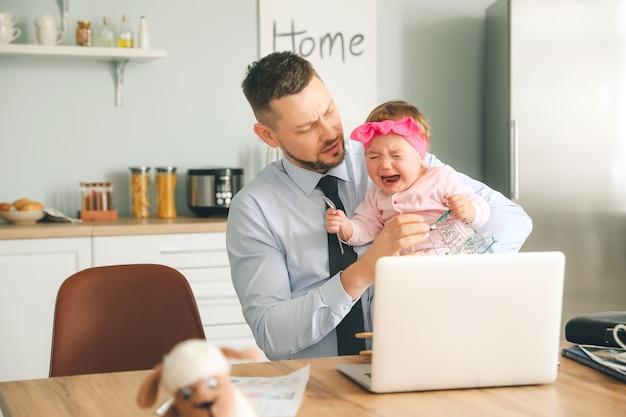 Рабочий отец с плачущей маленькой дочкой дома