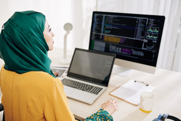 Working female software engineer
