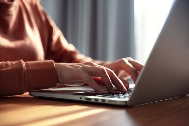 自宅で仕事、ラップトップを使用して若いプロの女性マネージャーのクローズアップ画像、ポータブルコンピューターを介して自宅で仕事をしている実業家、