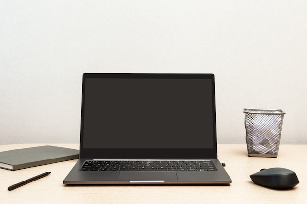 재택 근무. 온라인 교육 또는 원격 작업을위한 데스크탑. 열린 노트북으로 프리랜서를위한 편안한 작업 공간.