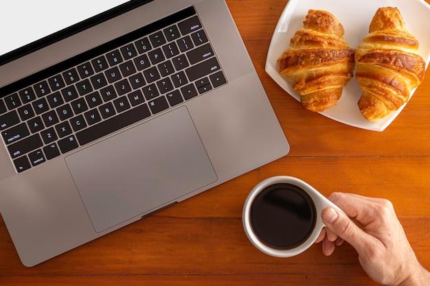 自宅で仕事をしながら、コーヒーとクロワッサンを楽しんでいます。
