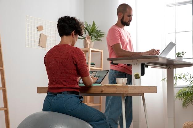 人間工学に基づいたワークステーションで自宅から作業