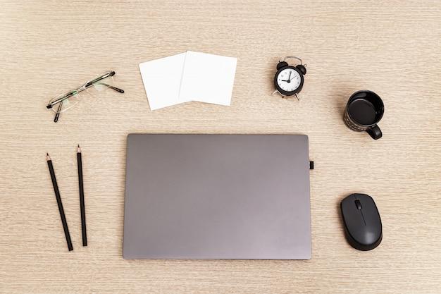 재택 근무. 작업 시간 및 시계 제어용 노트북. 프리랜서를위한 작업 공간.