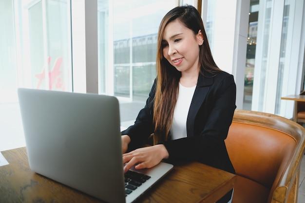 自宅で仕事、自己分離、オンライン学習のコンセプト。ラップトップに取り組んでいるシニアインドの女性のビデオ通話。
