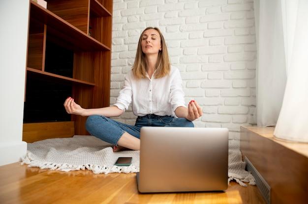 在宅勤務の時間管理の概念 無料写真