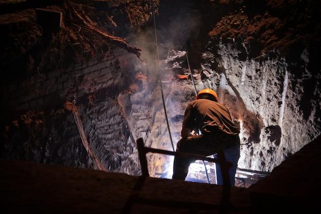 洞窟での作業