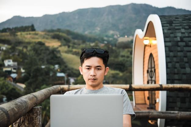 ノートパソコンで美しい自然の中での作業