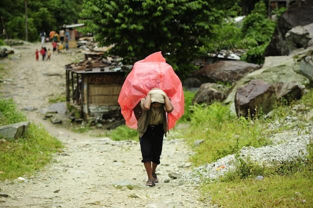 ネパールの田舎で働く