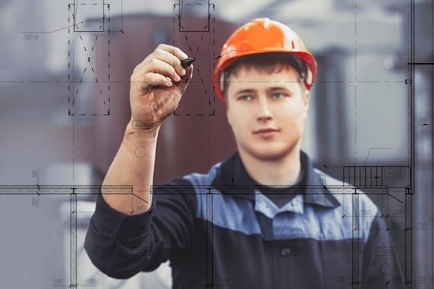 장비의 배경에 대해 손에 태블릿을 들고 공장에서 작업