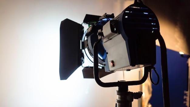 Sistema di illuminazione a led funzionante vista dal retro su bianco su un set cinematografico
