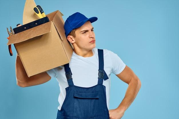 ツールローダー配達青いスペースと制服ボックスで働く男。
