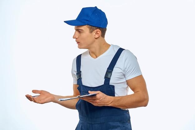均一なドキュメント配信サービス宅配便で働く男