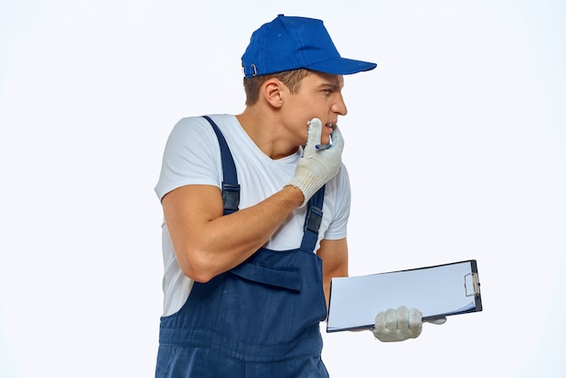 Рабочий человек в форме курьера службы доставки документов.