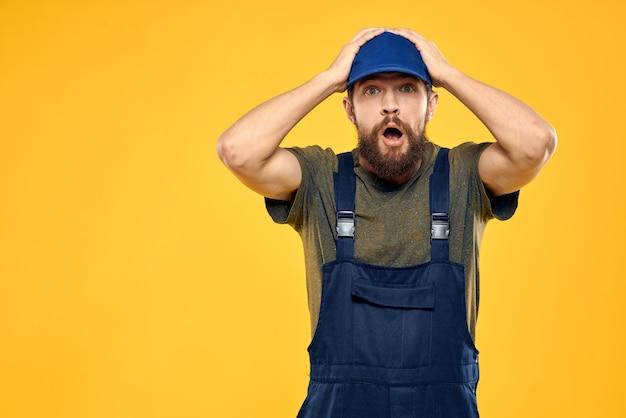 制服のプロの配達サービス黄色の背景で働く男