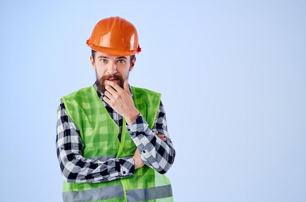 制服建設建築専門職青い背景で働く男