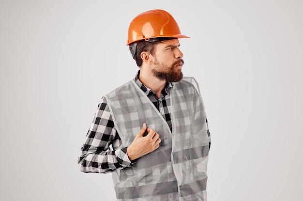 制服建設建築専門職の明るい背景で働く男