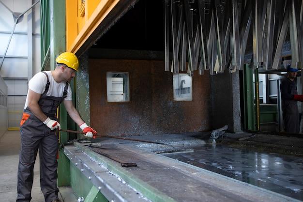 Lavorando nella fabbrica di lavorazione dei metalli
