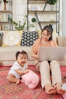 Работающая мать, ухаживающая за ребенком