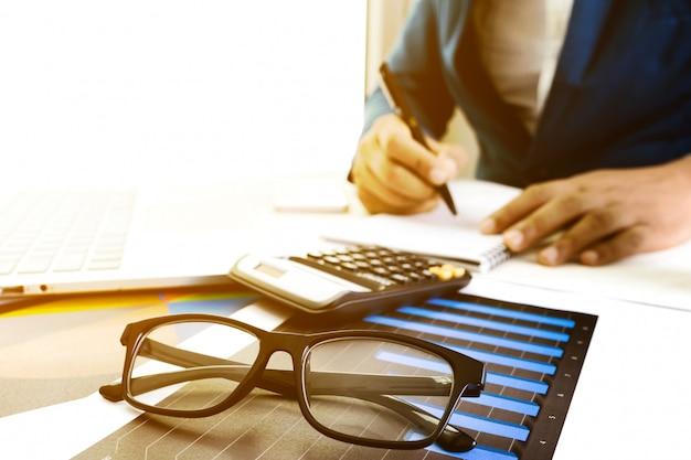 Работа на настольном ноутбуке с калькулятором для ведения бизнеса