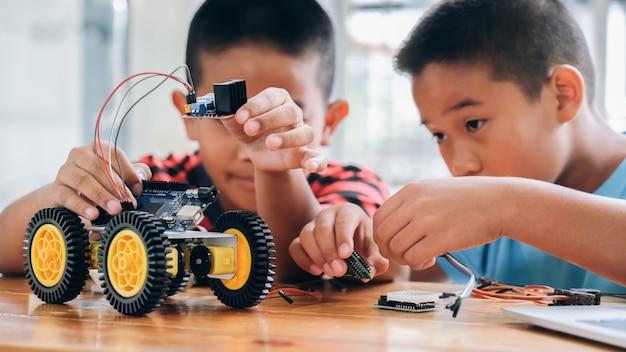 手作りの車のモデル、電子の建設に取り組んでいます。