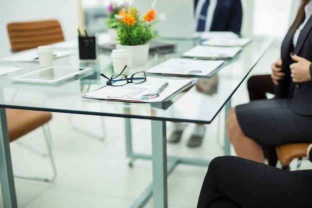 ビジネスミーティング前の職場でのワーキングペーパーと財務スケジュール。写真にはテキスト用の空きスペースがあります。