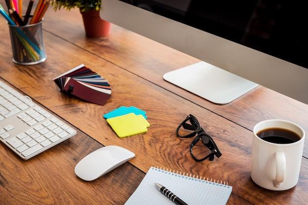 Рабочее место. крупный план удобного рабочего места с деревянным столом и компьютером, стоящим на нем
