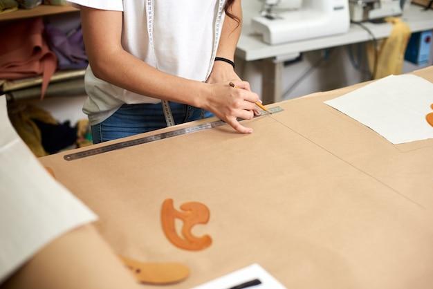 デザインスタジオでの作業場所、パターン作成工程