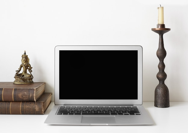 Рабочее место с ноутбуком и украшением