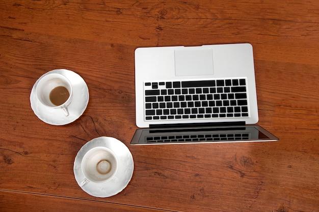 나무 테이블에 노트북으로 작업 장소